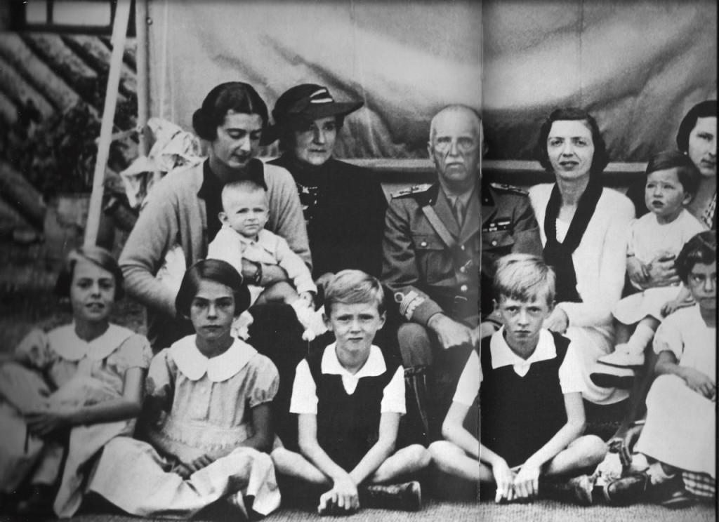 Victor Emanuel III et la reine Helene leur fille et petit enfants en 1942. En dépit de la guerre intérieure et extérieure, la famille royale donne l'impression de la paix et de la sérénité intérieures.