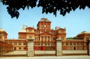 12b) Dans la banlieue de Turin l'ancien château médiéval de Racconigi fût aménagé au XVII° s. par les Carignan et réaménagé au XIX° s. par Charles-Albert.